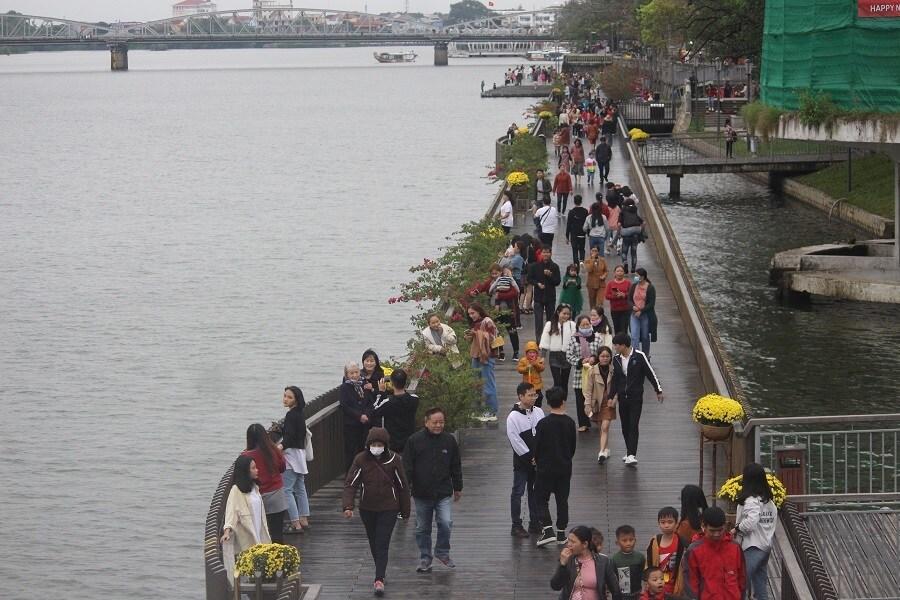 Cầu gỗ lim trên sông Hương, Đại nội Huế tấp nập du khách dịp Tết Ảnh 7