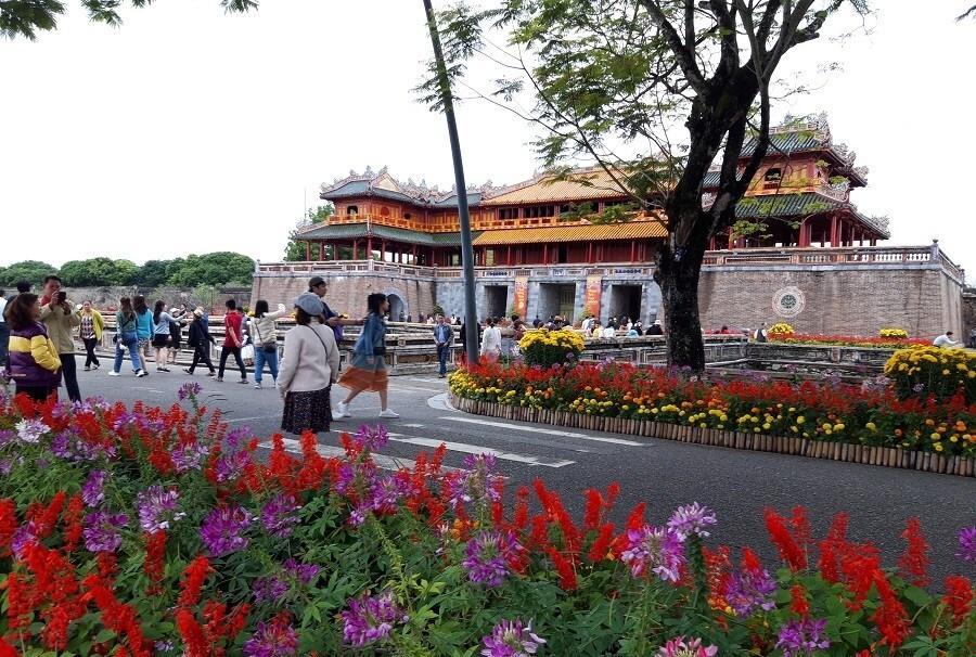 Cầu gỗ lim trên sông Hương, Đại nội Huế tấp nập du khách dịp Tết Ảnh 2