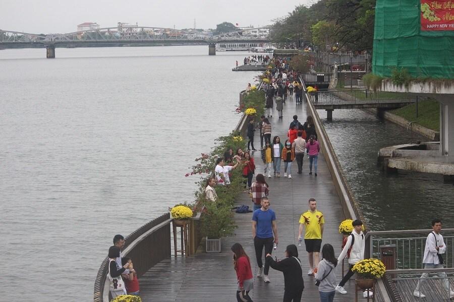 Cầu gỗ lim trên sông Hương, Đại nội Huế tấp nập du khách dịp Tết Ảnh 6