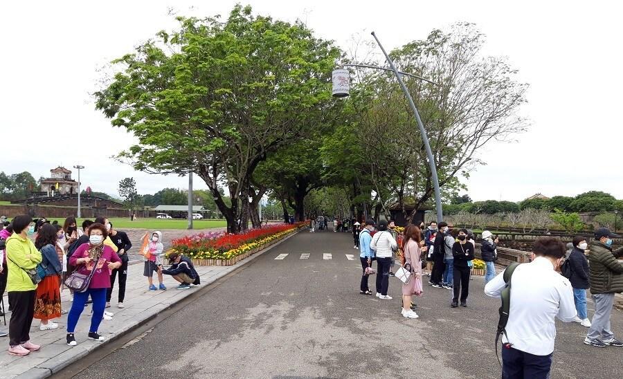 Cầu gỗ lim trên sông Hương, Đại nội Huế tấp nập du khách dịp Tết Ảnh 12