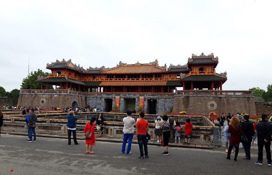 Cầu gỗ lim trên sông Hương, Đại nội Huế tấp nập du khách dịp Tết Ảnh 9