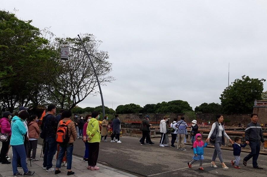 Cầu gỗ lim trên sông Hương, Đại nội Huế tấp nập du khách dịp Tết Ảnh 11