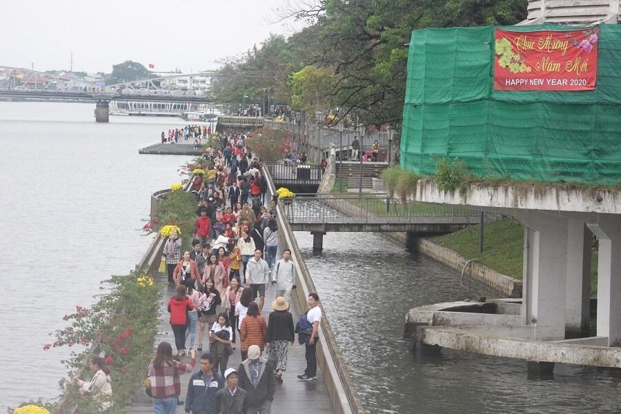 Cầu gỗ lim trên sông Hương, Đại nội Huế tấp nập du khách dịp Tết Ảnh 1