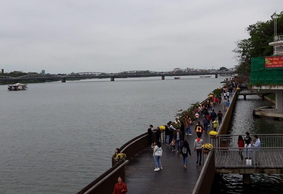 Cầu gỗ lim trên sông Hương, Đại nội Huế tấp nập du khách dịp Tết Ảnh 5