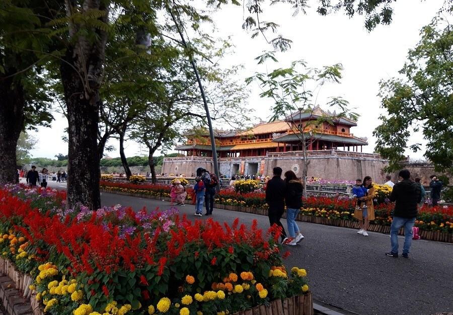 Cầu gỗ lim trên sông Hương, Đại nội Huế tấp nập du khách dịp Tết Ảnh 13