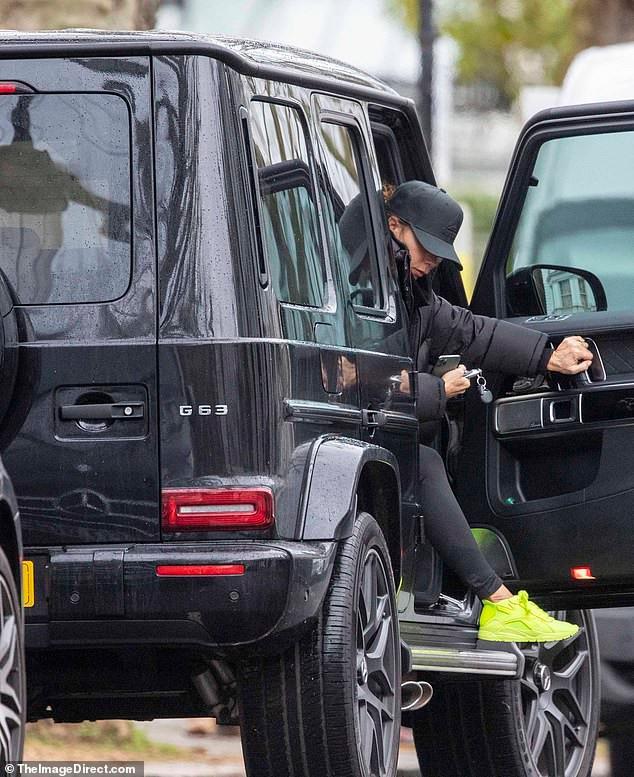 Victoria Beckham mặc đồ tập gym, để mặt mộc ra phố Ảnh 3