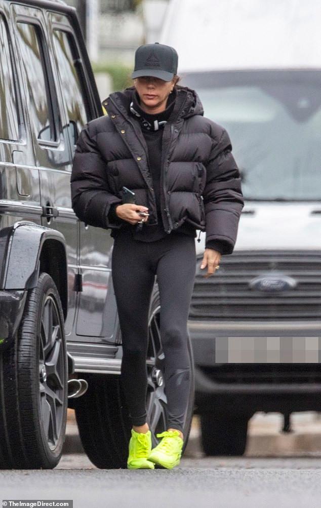 Victoria Beckham mặc đồ tập gym, để mặt mộc ra phố Ảnh 2