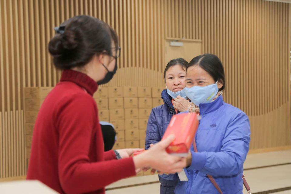 Công nhân nhận lì xì đầu năm bằng khẩu trang chống dịch virus corona Ảnh 1