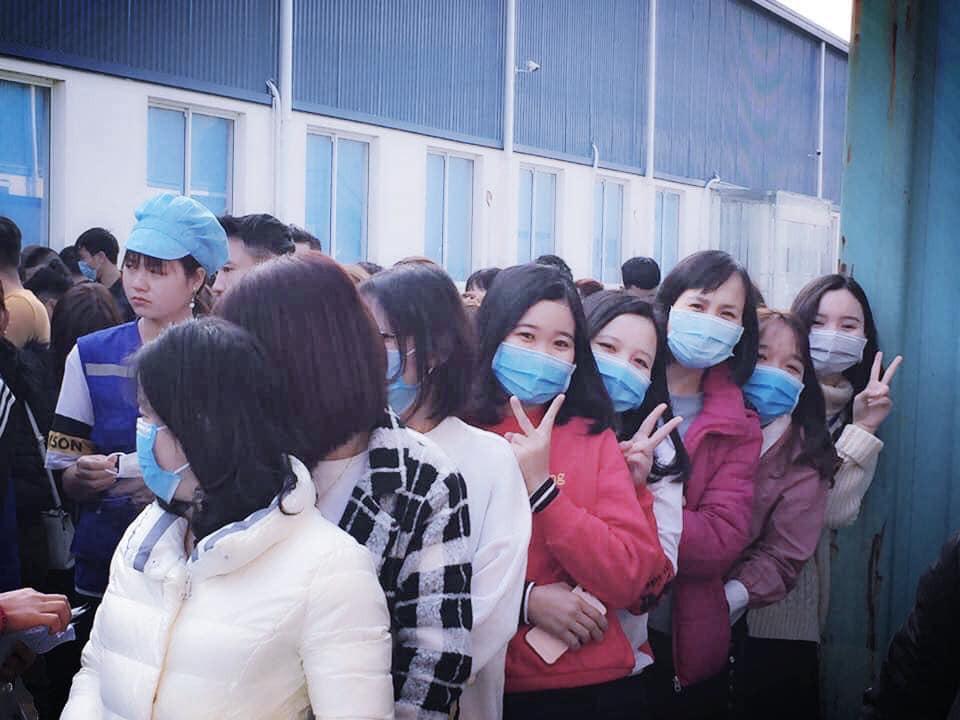 Công nhân nhận lì xì đầu năm bằng khẩu trang chống dịch virus corona Ảnh 5