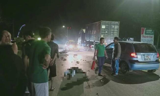Xe máy bốc cháy sau khi tông ô tô, 2 thanh niên nguy kịch Ảnh 1