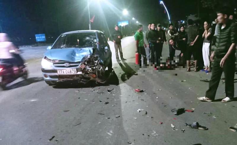 Xe máy bốc cháy sau khi tông ô tô, 2 thanh niên nguy kịch Ảnh 2