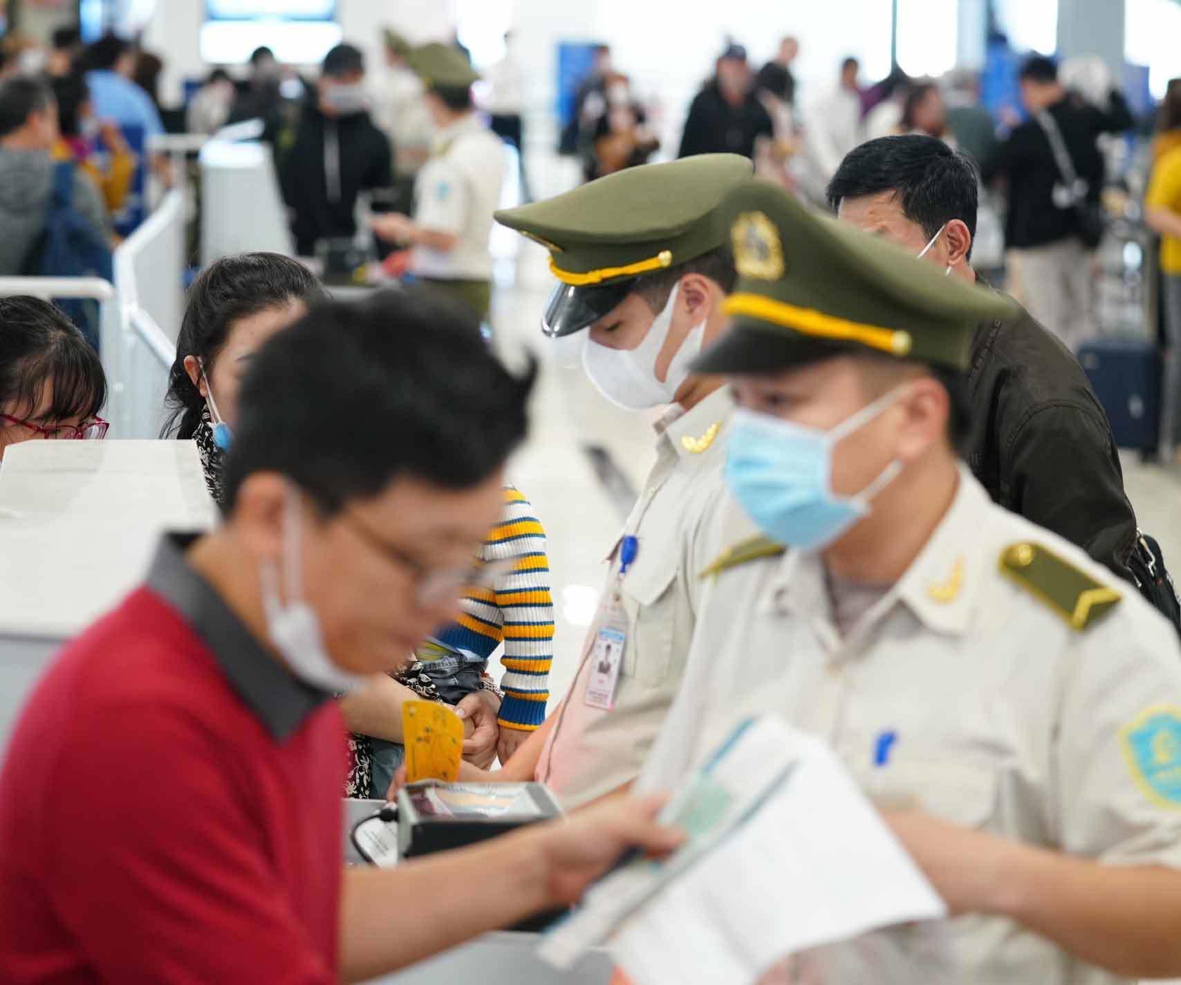 Lỗ hổng kiểm soát dịch virus corona từ các chuyến bay quốc nội? Ảnh 11