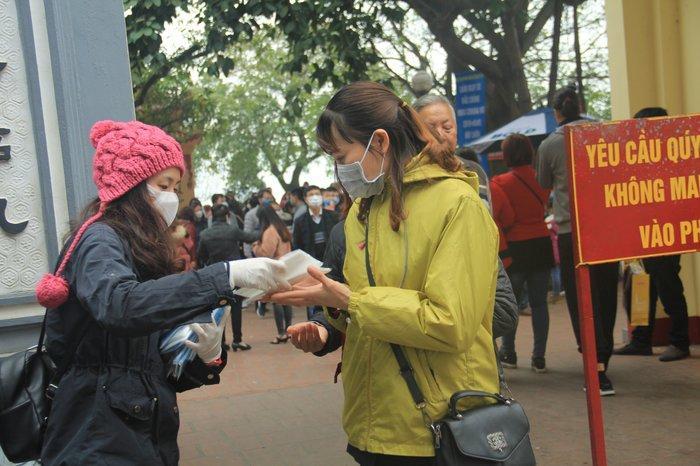 Phát 75.000 chiếc khẩu trang miễn phí cho người dân ở Phủ Tây Hồ và ga Hà Nội trong đợt dịch virus corona Ảnh 4