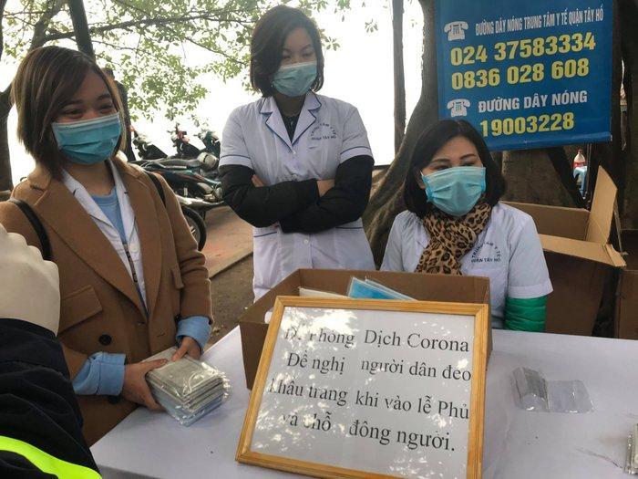 Phát 75.000 chiếc khẩu trang miễn phí cho người dân ở Phủ Tây Hồ và ga Hà Nội trong đợt dịch virus corona Ảnh 3
