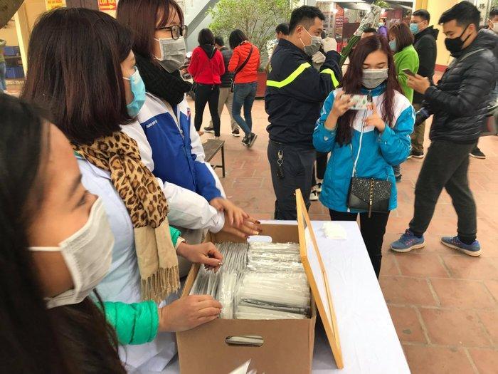 Phát 75.000 chiếc khẩu trang miễn phí cho người dân ở Phủ Tây Hồ và ga Hà Nội trong đợt dịch virus corona Ảnh 1