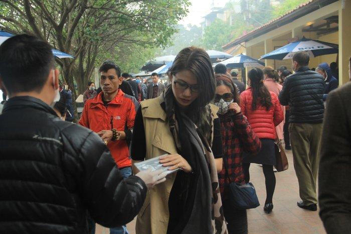 Phát 75.000 chiếc khẩu trang miễn phí cho người dân ở Phủ Tây Hồ và ga Hà Nội trong đợt dịch virus corona Ảnh 7
