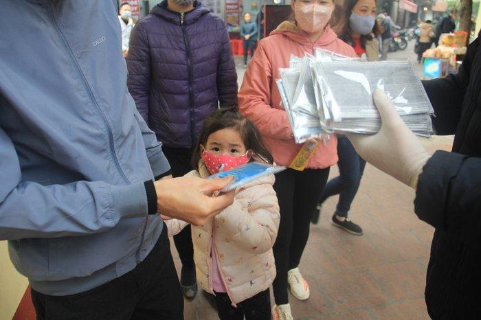 Phát 75.000 chiếc khẩu trang miễn phí cho người dân ở Phủ Tây Hồ và ga Hà Nội trong đợt dịch virus corona Ảnh 5