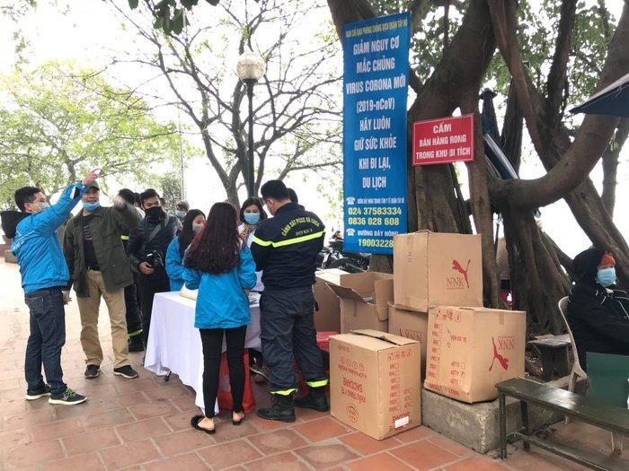 Phát 75.000 chiếc khẩu trang miễn phí cho người dân ở Phủ Tây Hồ và ga Hà Nội trong đợt dịch virus corona Ảnh 2