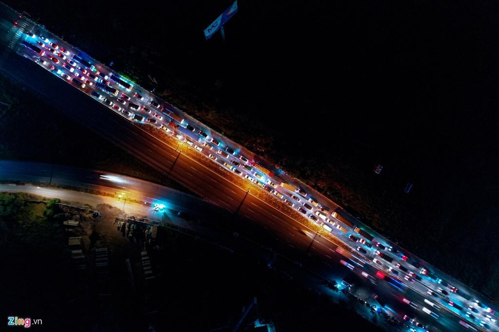 Cửa ngõ cao tốc TP.HCM - Trung Lương ùn tắc trong đêm Ảnh 2