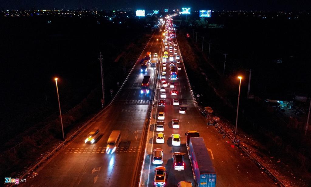 Cửa ngõ cao tốc TP.HCM - Trung Lương ùn tắc trong đêm Ảnh 1