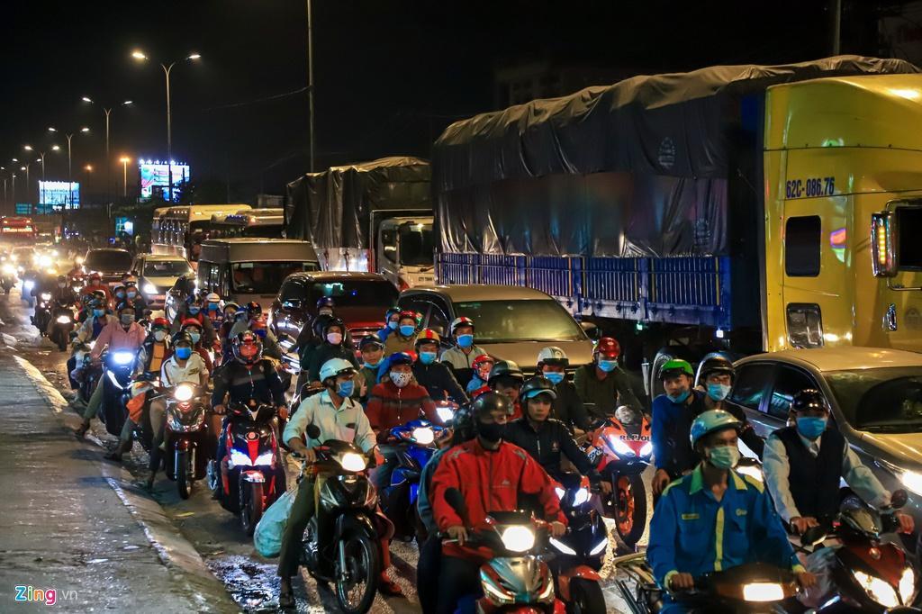 Cửa ngõ cao tốc TP.HCM - Trung Lương ùn tắc trong đêm Ảnh 5