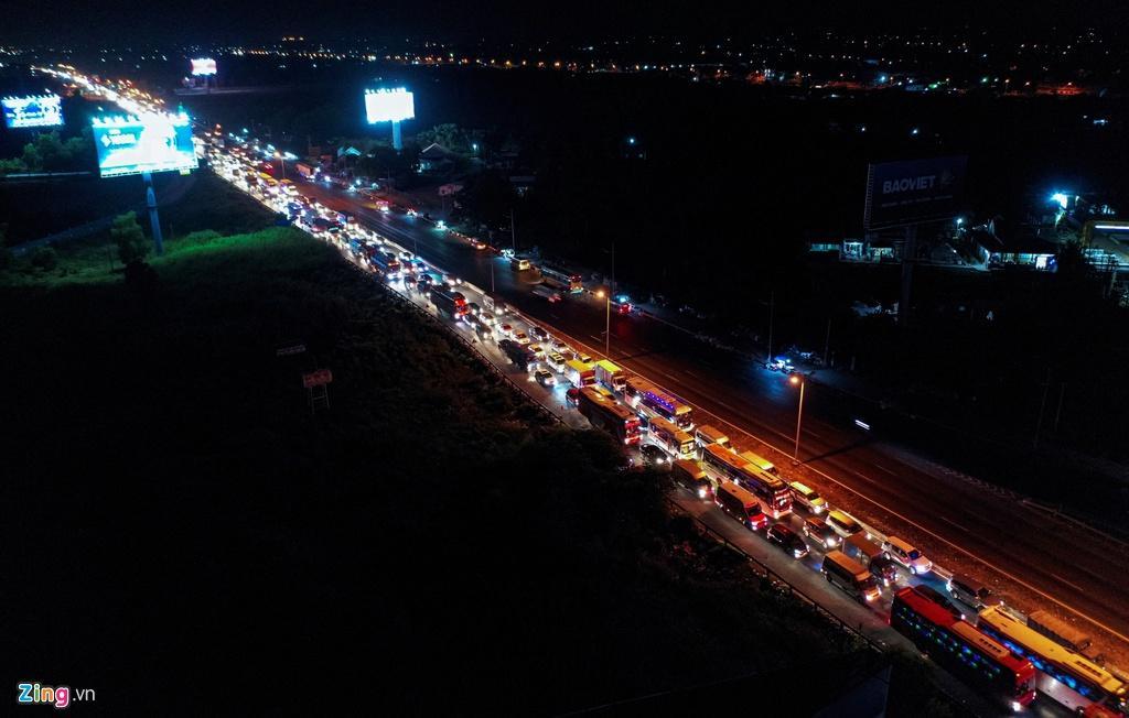 Cửa ngõ cao tốc TP.HCM - Trung Lương ùn tắc trong đêm Ảnh 3