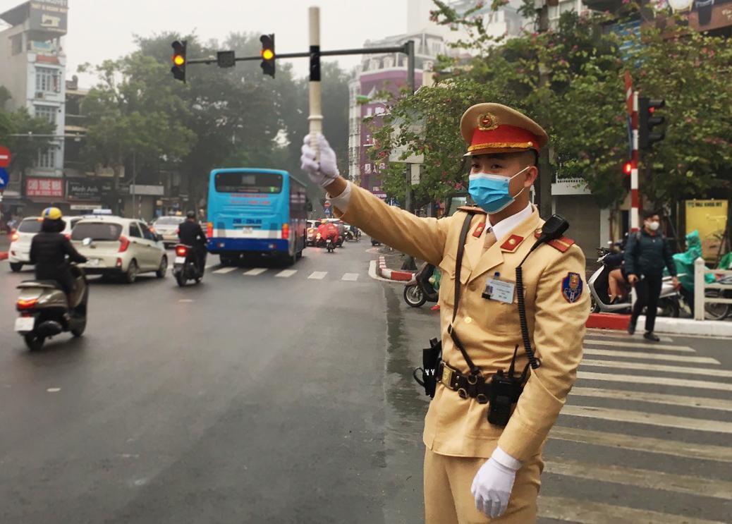 CSGT Hà Nội bắt đầu đeo khẩu trang khi làm việc Ảnh 2