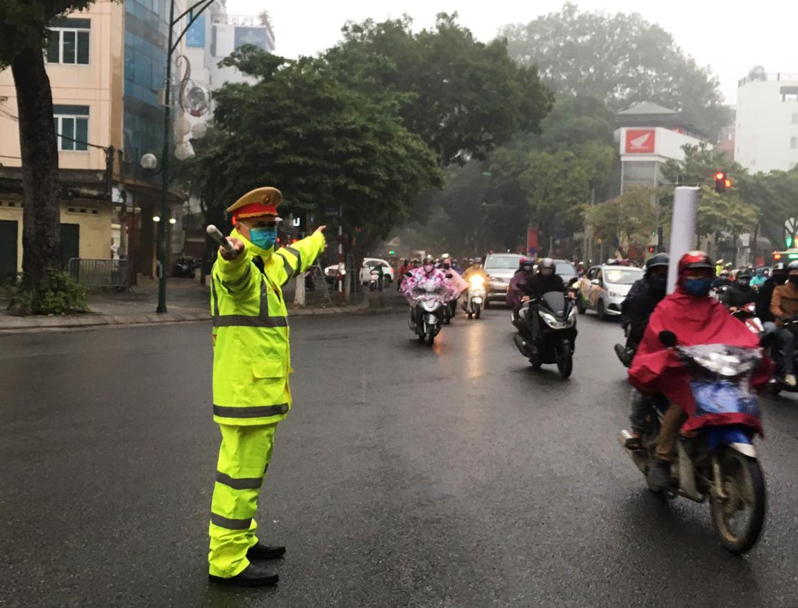 CSGT Hà Nội bắt đầu đeo khẩu trang khi làm việc Ảnh 4