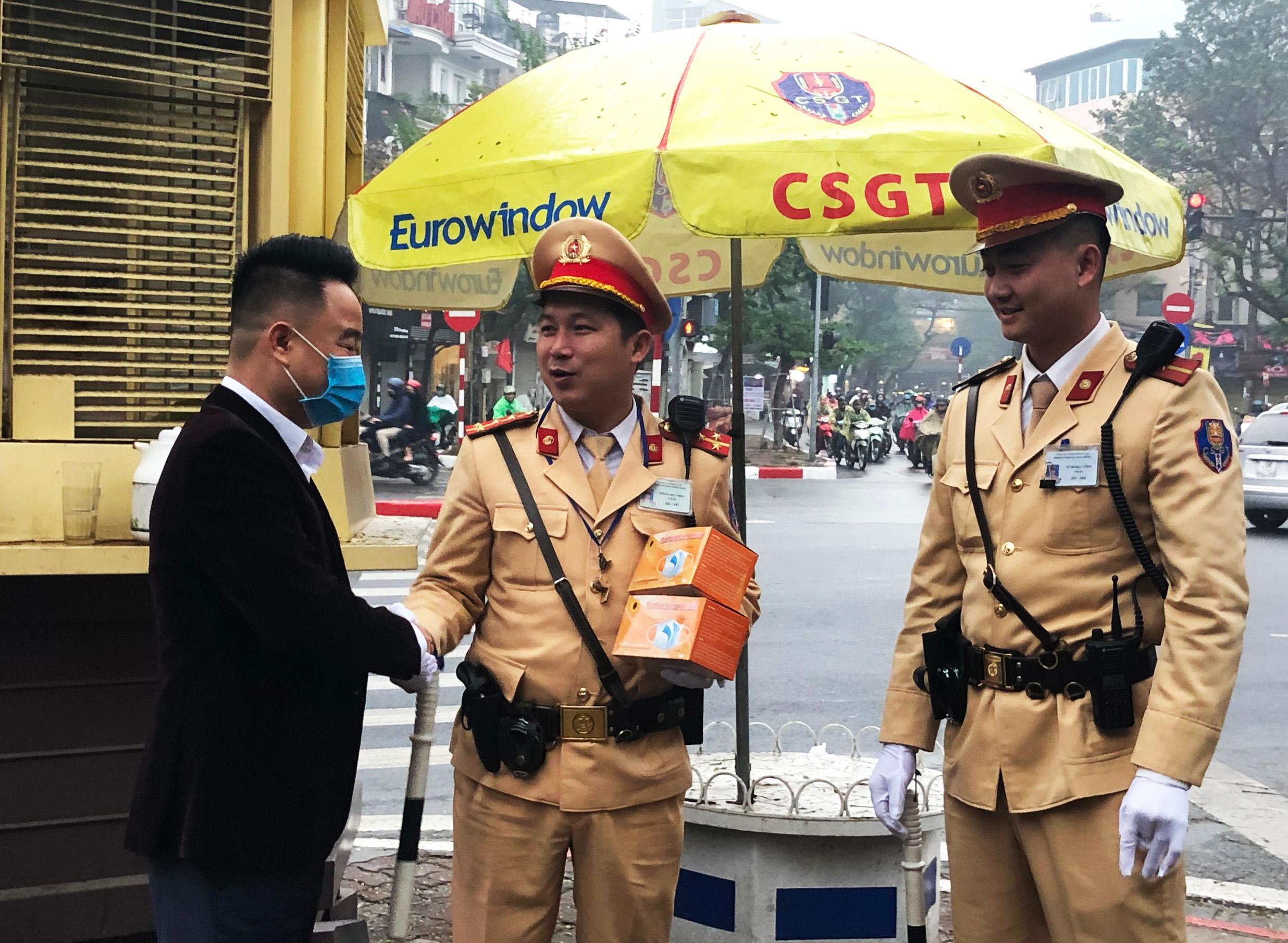 CSGT Hà Nội bắt đầu đeo khẩu trang khi làm việc Ảnh 3