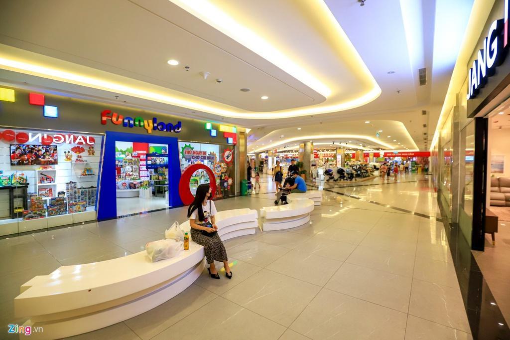 Cảnh vắng lặng khác lạ ở các trung tâm thương mại TP.HCM Ảnh 4