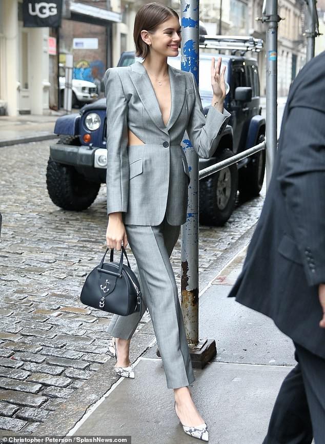 Con gái Cindy Crawford ra phố với vest hở lưng, không nội y táo bạo Ảnh 1