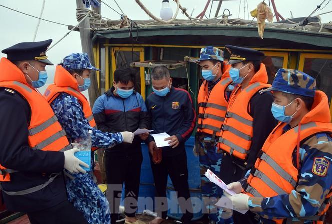 Theo tàu Cảnh sát biển đi chống nCoV Ảnh 1