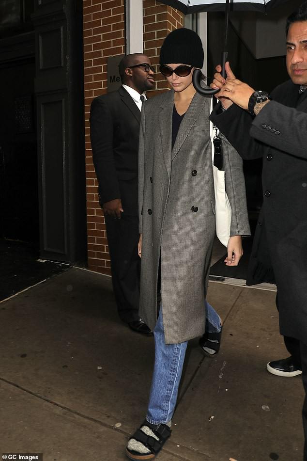 Siêu mẫu Cindy Crawford để mặt mộc, rạng rỡ xuất hiện ở sân bay Ảnh 7