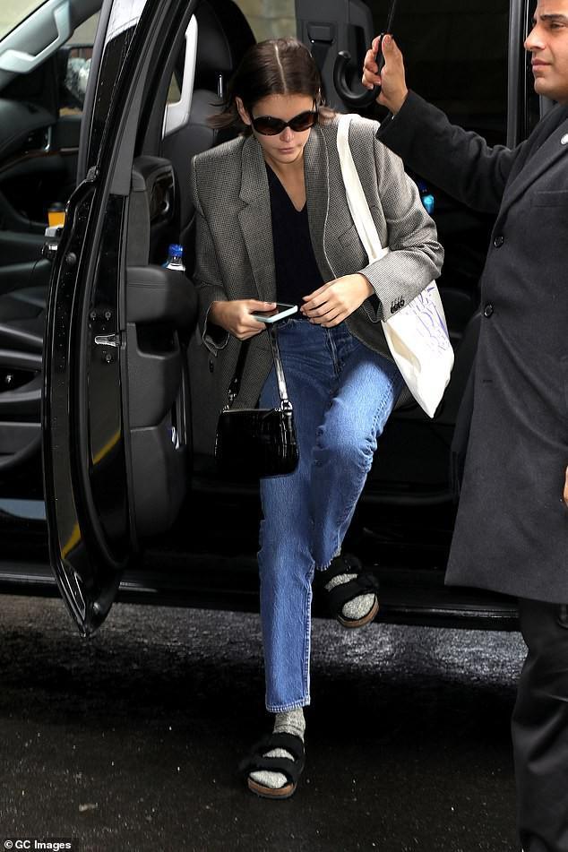 Siêu mẫu Cindy Crawford để mặt mộc, rạng rỡ xuất hiện ở sân bay Ảnh 9