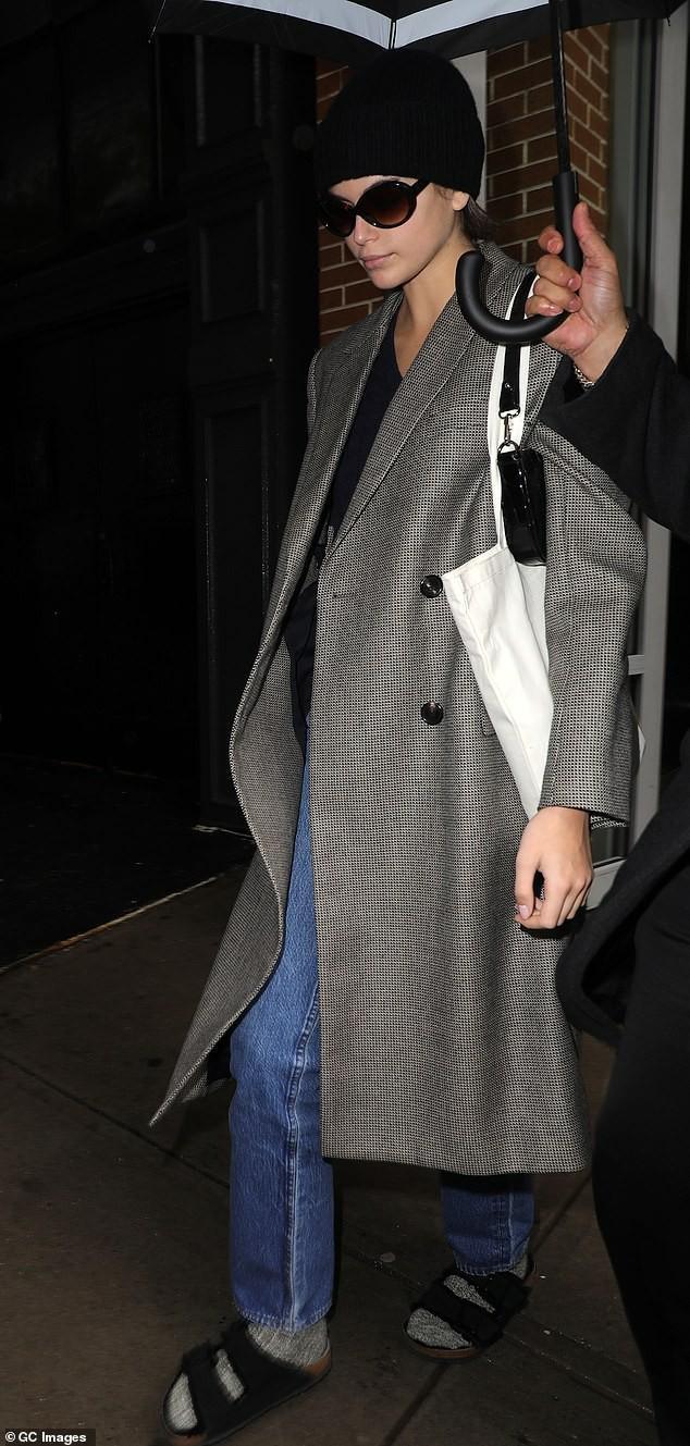 Siêu mẫu Cindy Crawford để mặt mộc, rạng rỡ xuất hiện ở sân bay Ảnh 8