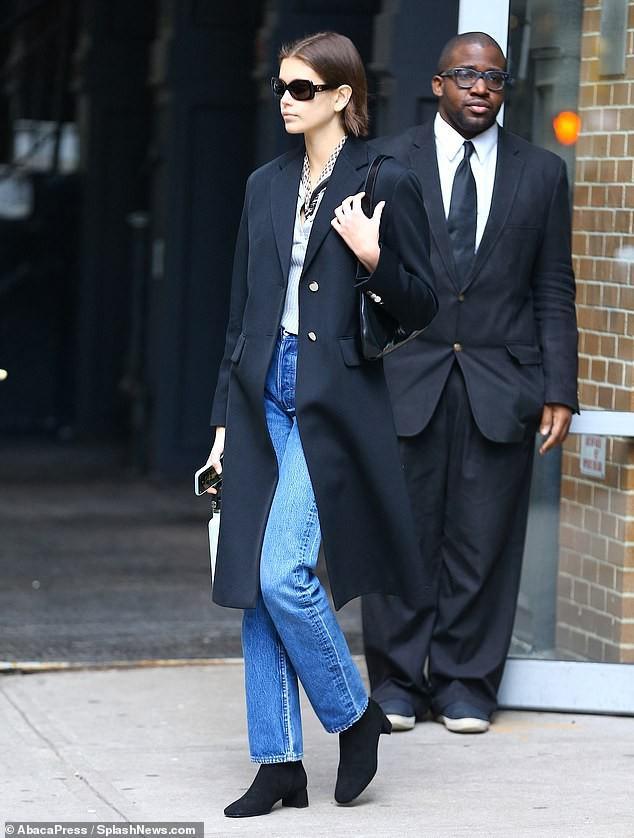 Siêu mẫu Cindy Crawford để mặt mộc, rạng rỡ xuất hiện ở sân bay Ảnh 4