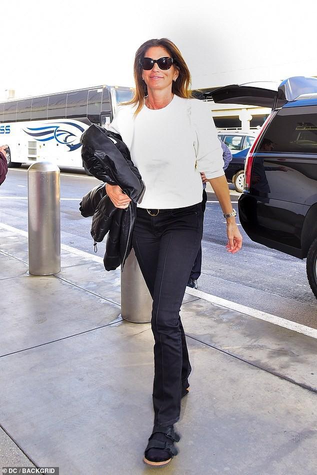 Siêu mẫu Cindy Crawford để mặt mộc, rạng rỡ xuất hiện ở sân bay Ảnh 1