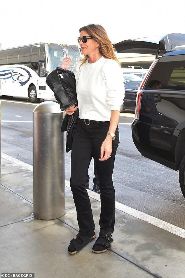 Siêu mẫu Cindy Crawford để mặt mộc, rạng rỡ xuất hiện ở sân bay Ảnh 3