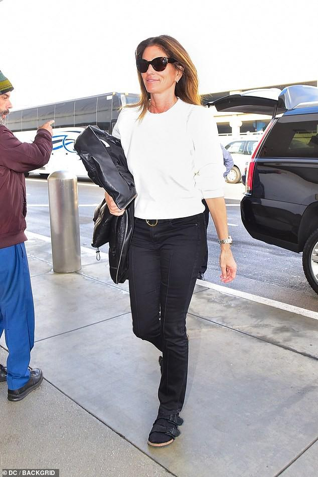 Siêu mẫu Cindy Crawford để mặt mộc, rạng rỡ xuất hiện ở sân bay Ảnh 2