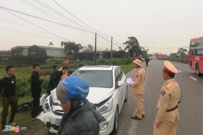 Xe máy bị ôtô con kéo lê 300 m, nữ giáo viên tử vong Ảnh 1