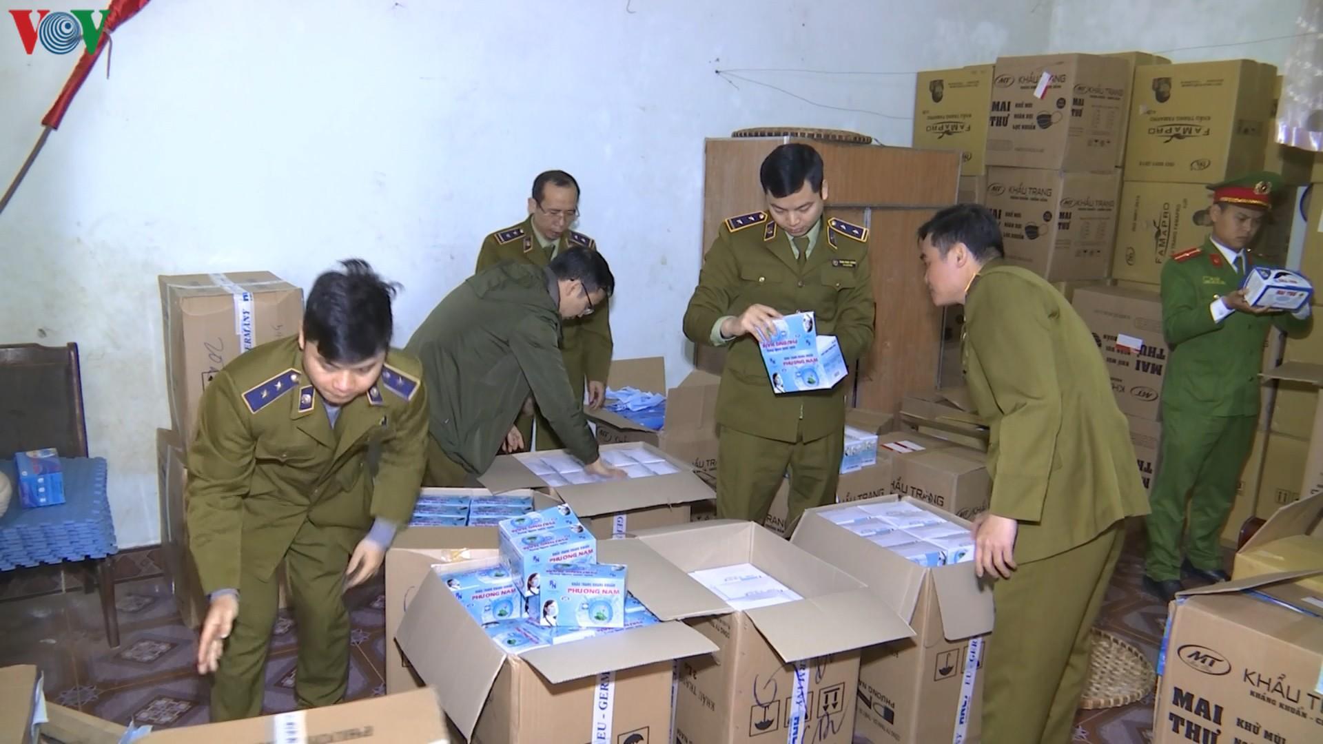 Lào Cai tạm giữ gần 150.000 chiếc khẩu trang có dấu hiệu vi phạm Ảnh 1