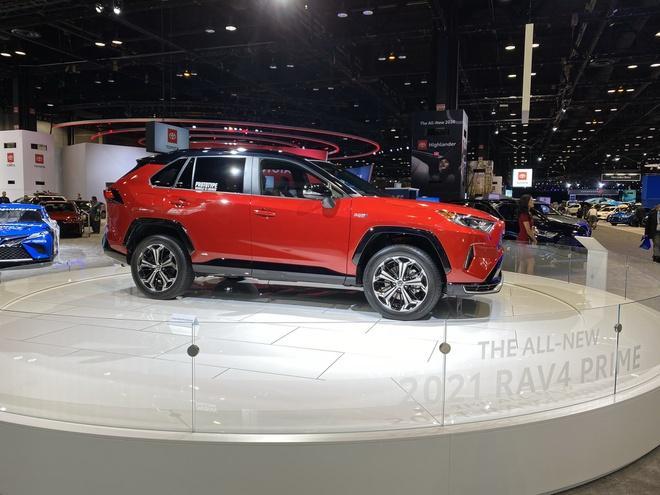 Toyota mang RAV4 Prime PHEV 2021 tới Chicago, cấm chạm vào xe Ảnh 1