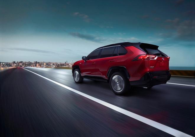 Toyota mang RAV4 Prime PHEV 2021 tới Chicago, cấm chạm vào xe Ảnh 14