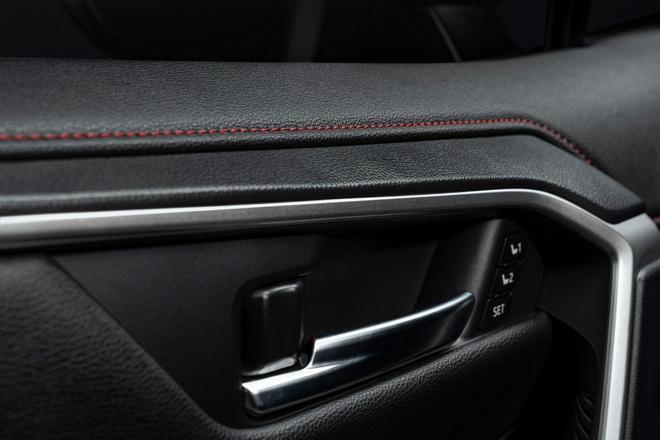 Toyota mang RAV4 Prime PHEV 2021 tới Chicago, cấm chạm vào xe Ảnh 11