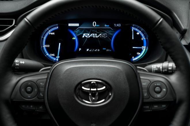 Toyota mang RAV4 Prime PHEV 2021 tới Chicago, cấm chạm vào xe Ảnh 8