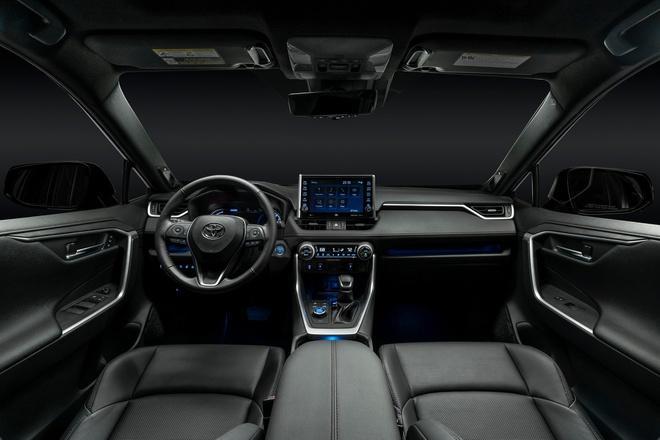 Toyota mang RAV4 Prime PHEV 2021 tới Chicago, cấm chạm vào xe Ảnh 5
