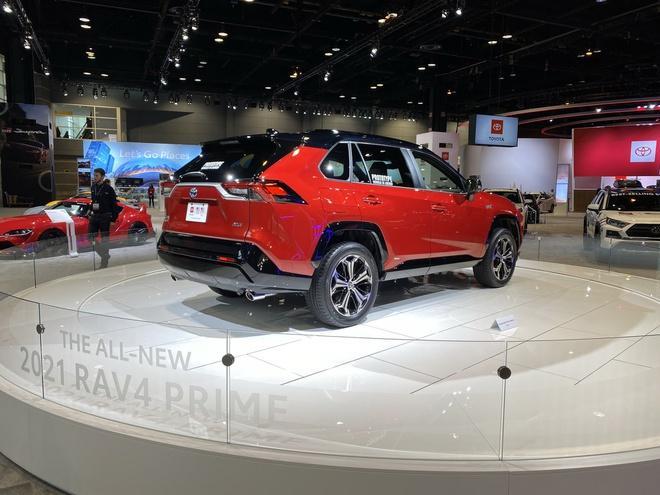 Toyota mang RAV4 Prime PHEV 2021 tới Chicago, cấm chạm vào xe Ảnh 3