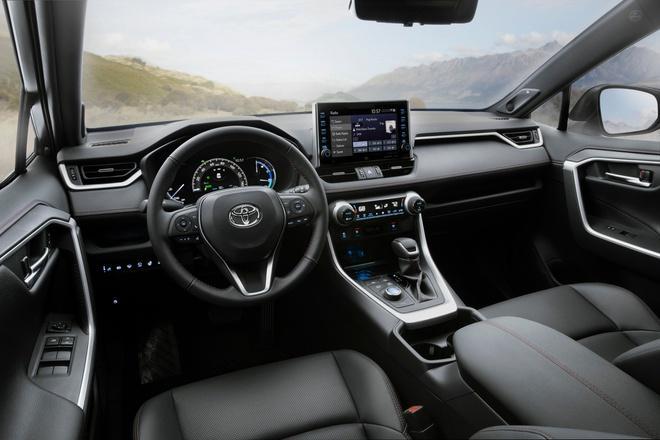 Toyota mang RAV4 Prime PHEV 2021 tới Chicago, cấm chạm vào xe Ảnh 6
