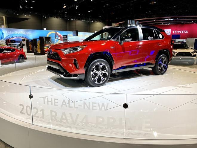 Toyota mang RAV4 Prime PHEV 2021 tới Chicago, cấm chạm vào xe Ảnh 2