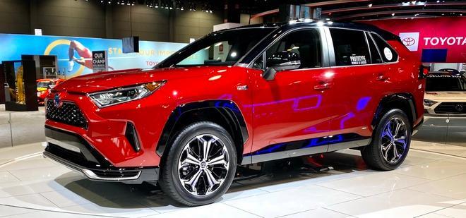 Toyota mang RAV4 Prime PHEV 2021 tới Chicago, cấm chạm vào xe Ảnh 4